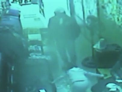 Thief locks victims inside beauty salon during robbery