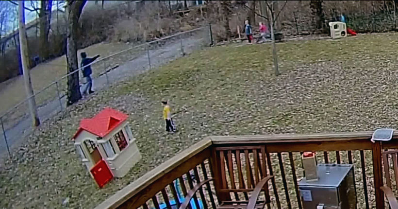 Security camera captures stranger offering cash to kids in yard